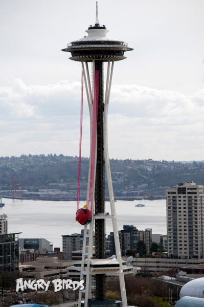 巨大Angry Birds、シアトルのタワー「スペースニードル」に登場!1