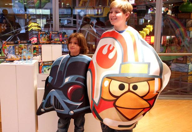 ぬいぐるみ、ボードゲーム、着ぐるみ?---「Angry Birds Star Wars」のグッズいろいろ1