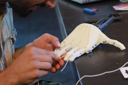 3Dプリンタを使ってスーダンの障害者に安価な義手をプレゼント 非営利団体「Not Impossible」の活動2
