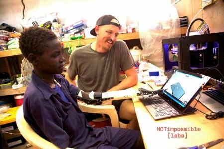 3Dプリンタを使ってスーダンの障害者に安価な義手を製作 非営利団体「Not Impossible」の活動3