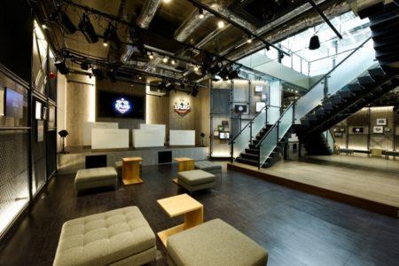 ミクシィのXFLAGスタジオ、初の常設店舗を5/26にオープン