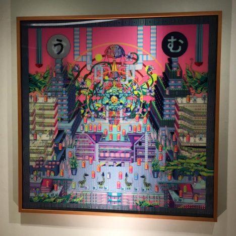 本展では、ドット絵や絵文字といったデジタル表現を使いながら、見る角度によって絵柄が変化するレンチキュラー作品