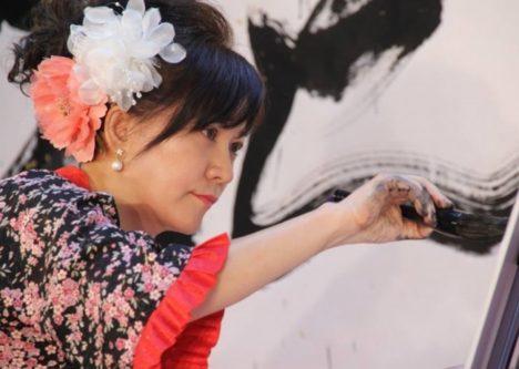 VRアーティストのせきぐちあいみさんが5/1に小田急百貨店新宿店にて書道家・粟津 紅花さんとコラボ