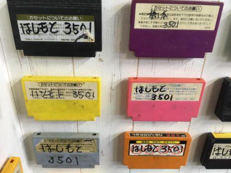 """【レポート】ファミカセに歴史あり---誰かの名前が書かれたゲームカートリッジ""""のみ""""の展覧会「名前入りカセット展」"""
